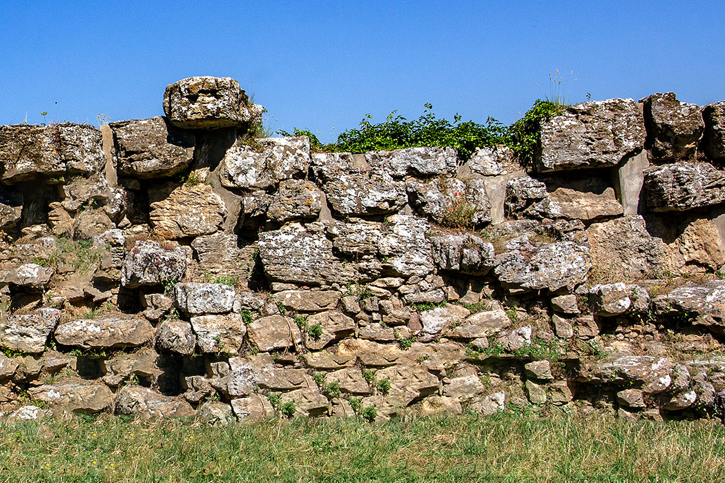 Volterra: Etruskische Stadtmauern an den Klippen der Balze - reise-zikaden.de, italy, tuscany, volterra, borgo san giusto, le balze, etuscan walls - Dieser Abschnitt der Befestigungsmauern datiert auf die hellenistische Epoche, zwischen dem 4. und 3. Jhd. v. Chr. und ist Teil des dritten Mauerrings für die etruskische Stadt Velathri.