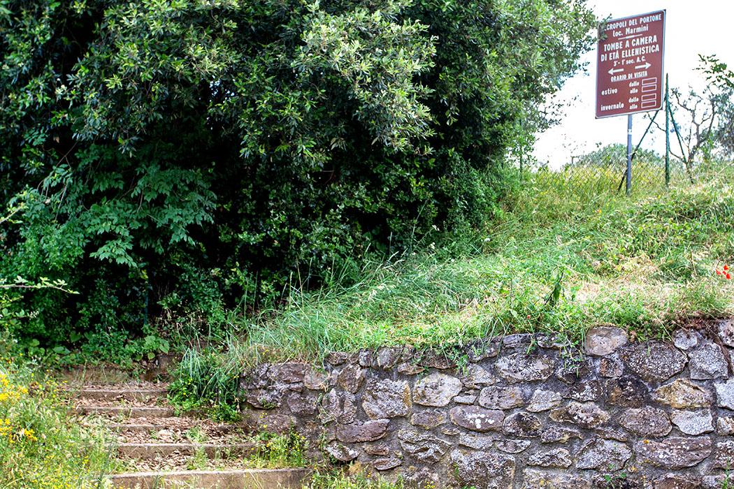 Volterra: Portone-Nekropole - Erkundung von etruskischen Gräbern - reise-zikaden.de, italy, tuscany, volterra, portone marmini nekropole, etruscan tomb - Volterra: Der Zugang zu den beiden etrukischen Gräbern der Portone-Nekropole von Volterra ist beschildert. Lediglich zum Abstellen des Wagens ist wenig Platz vorhanden.