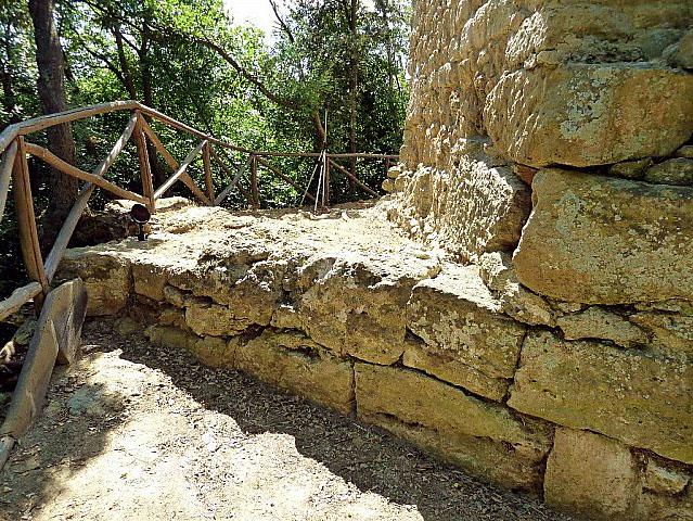 """Volterra: Der etruskische Wachturm """"La Torricella"""" ist eine Rarität - torricella_basement_volterra Foto: www.geomaticaeconservazione.it"""
