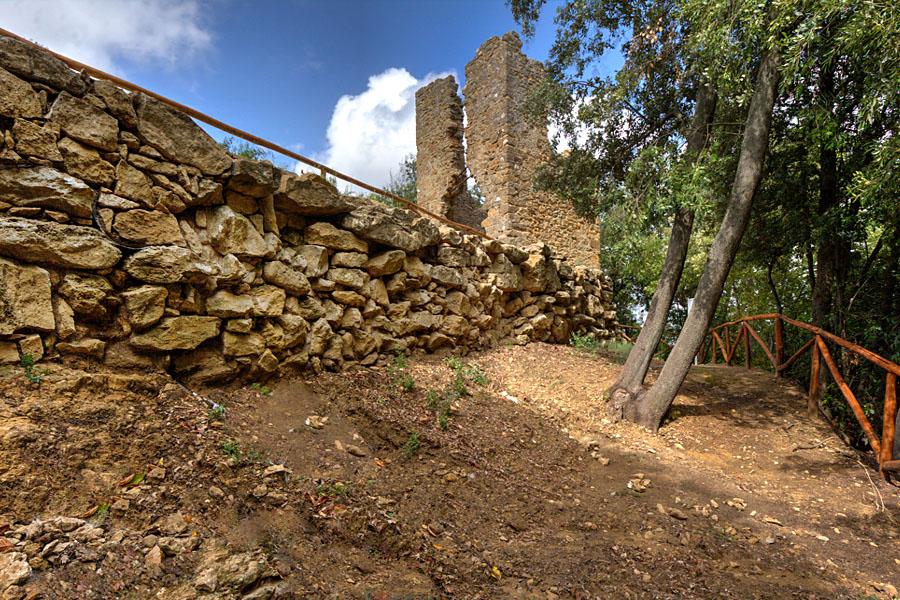 """Volterra: Der etruskische Wachturm """"La Torricella"""" ist eine Rarität - torricella_volterra Im Borgo San Stefano, einem Stadtteil von Volterra, befindet sich der restaurierte Wachturm """"La Torricella"""" aus etruskischer Zeit. Erhalten sind seine massiven Fundamente, die direkt am Verlauf der etruskischen Stadtmauer stehen. Foto: www.volterracity.com"""