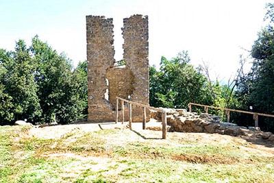 """torricella_volterra_02 - Volterra: Gesamtansicht auf den Wachturm""""La Torricella"""" am Verlauf der antiken Stadtmauer. Foto: www.geomaticaeconservazione.it"""