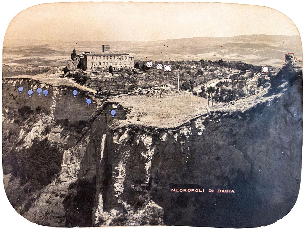 volterra_necropoli di badia - Die Schwarz-Weiß-Fotografie aus dem 19. Jhd. zeigt mit blauen und weißen Markierungen die verlorenen Gräber der Badia-Nekropole an. Foto: Museo Etrusco Guarnacci