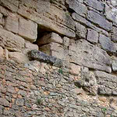 Volterra: Die etruskischen Stadtmauern von Santa Chiara - volterra_santa_chiara_etruscan wall_drainage pipe_ol - Die Abbildung zeigt einen Wasserauslauf des antiken Drainagesystems bei Santa Chiara im Westen von Volterra.