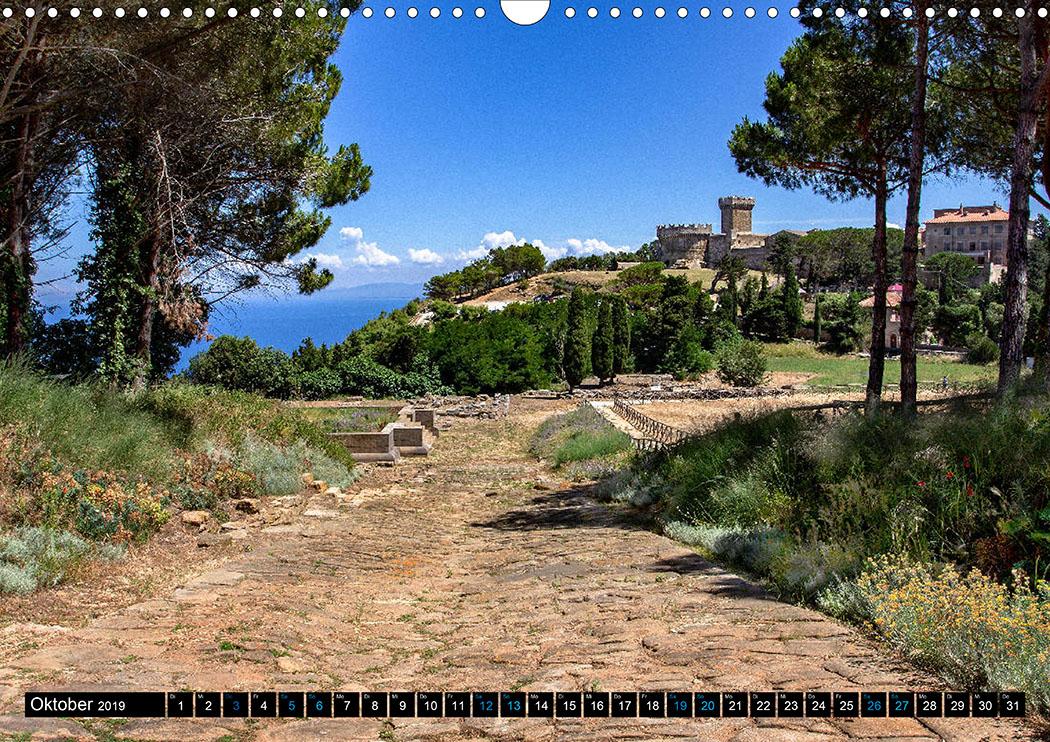 Oktober: Populonia: Blick über die etruskische Akropolis auf die mittelalterliche Rocca.