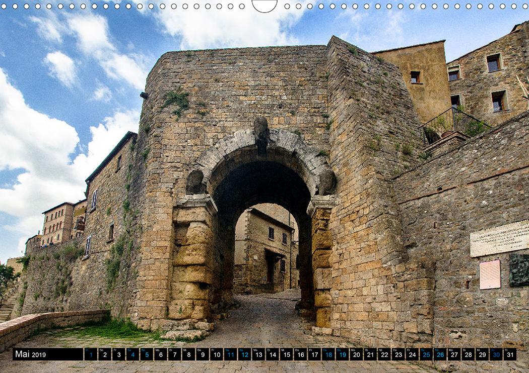 Mai: Wahrzeichen Volterras ist die Porta all'Arco, das älteste erhaltene etruskische Stadttor Italiens.