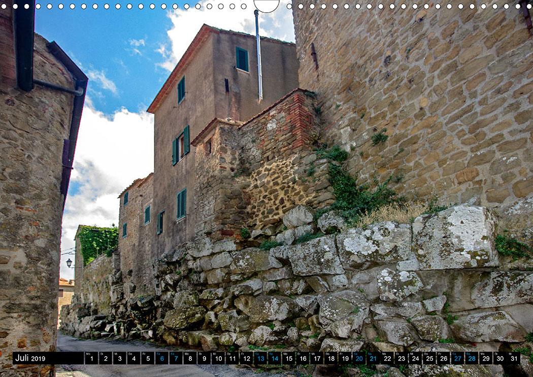 Juli: Vetulonia: Ein Abschnitt der etruskischen Stadtmauer aus dem 3. Jhd. v. Chr. blieb erhalten.