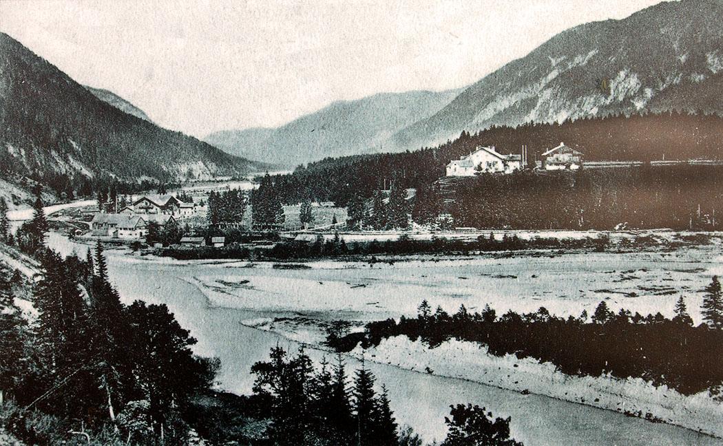 postkarte_vorderriss_oberbayern_um - Die Fotografie entstand um 1900 und zeigt die Mündung des Rißbachs in die Isar mit Vorderriß und dem Gasthaus Post (links). Auf dem Hügel steht das Königshaus mit Forsthaus und Kapelle.