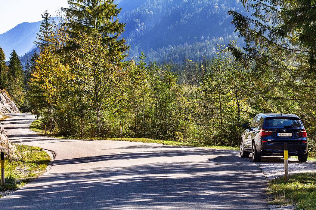 Oberbayern: Im Isartal bei Wallgau – Wilde Flusslandschaft im Karwendel - reise-zikaden.de, oberbayern, karwendel, isar, wallgau, obere isar, oberes isartal, mautstrasse nach vorderriss - Die Mautstraße von Wallgau nach Hinterriß ist eine der schönsten Strecken in den Alpen. Doch dies ist schon lange kein Geheimtipp mehr. Bei schönem Wetter und an Wochenenden lohnt es sich früh unterwegs zu sein.