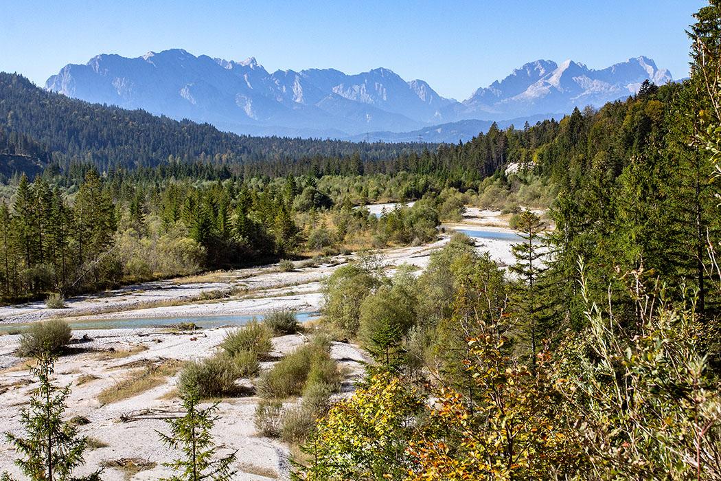 Oberbayern: Im Isartal bei Wallgau – Wilde Flusslandschaft im Karwendel - reise-zikaden.de, oberbayern, karwendel, isar, wallgau, obere isar, oberes isartal, zugspitze, alpspitze, wettersteingebirge - Ein fantastisches Panorama entfaltet sich von der Mautstraße bei Wallgau auf die Obere Isar. Majestätisch liegen im Westen des Flusstals die Bergmassive der Alpspitze mit 2.628 Metern (links) und der Zugspitze mit 2.962 Metern.