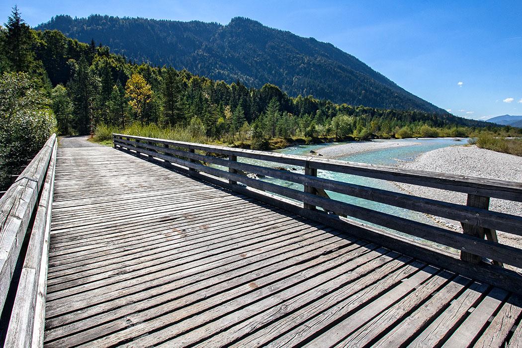 Isar, Holzbruecke, karwende, ochsensitz, Die Ochsensitzbrücke ist der einzige Übergang im Verlauf des Isartals zwischen Wallgau und Vorderriß.