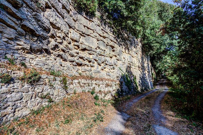 reise-zikaden.de, Volterra: Im Borgo San Stefano können die am besten erhaltenen etruskischen Stadtmauern bei Santa Chiara erkundet werden. Sie wurden zwischen dem 4. bis 3. Jhd. v. Chr. errichtet. Foto: volterracity.com
