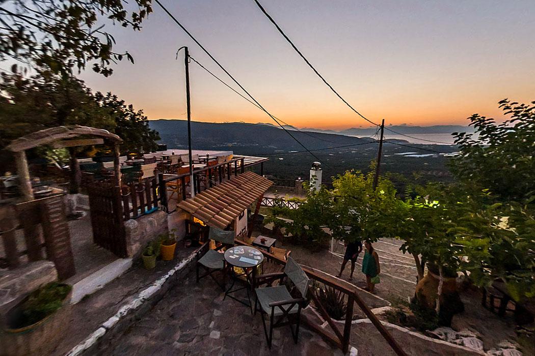 crete, pachia ammos, monasiraki, agios georgios, taverne - Im Dorf Monastiraki liegen drei Tavernen. Eine liegt direkt gegenüber der byzantinischen Agios Georgios Kapelle im Zentrum der Ortschaft.