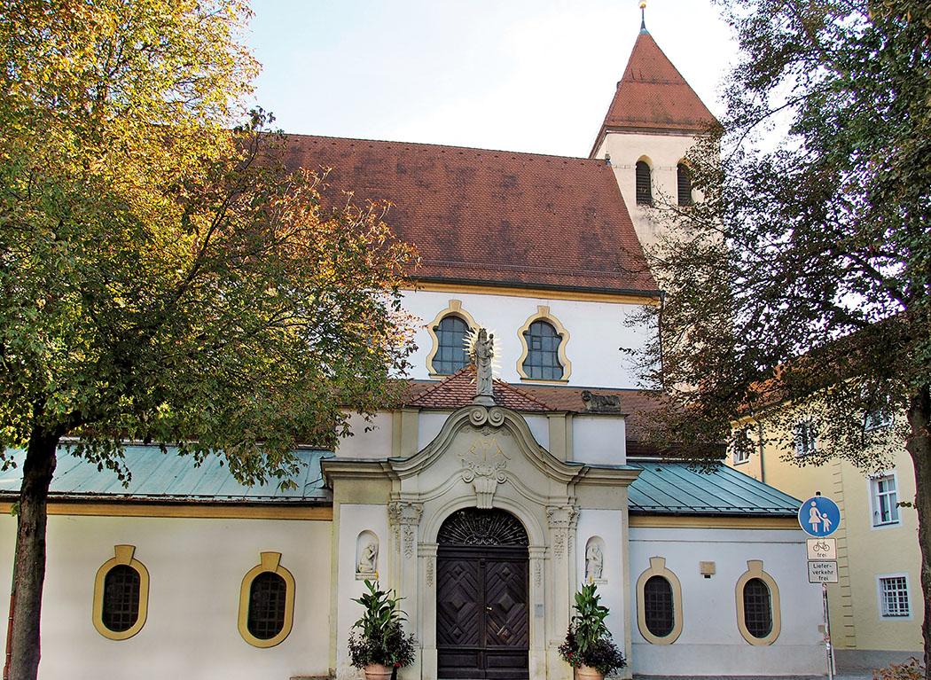 alte kapelle regensburg - Am Alten Kornmarkt in Regensburg steht die Alte Kapelle. Legenden überliefern sie als älteste Kirche von Bayern. Die ältesten Belege stammen allerdings vom Ende des 9. Jhds. Foto: Wikipedia, Hajotthu