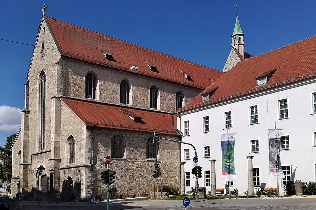"""Dachauplatz_Regensburg_historisches museum_minoritenkirche - Das Historische Museum in Regensburg im Kloster St. Salvator zeigt über 2.000 Jahre Stadtgeschichte. Die Ausstellung """"Römisches Regensburg"""" ist am beliebtesten. Foto: Wikipedia, Helmlechner"""