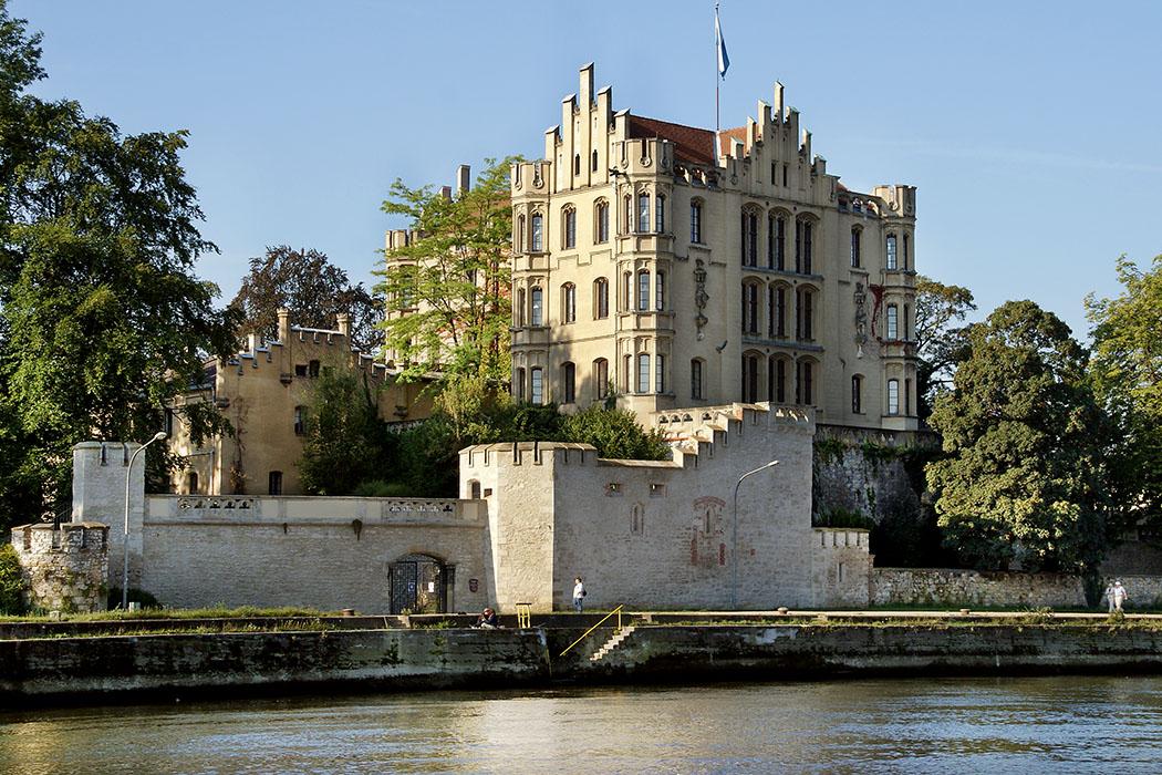 koenigliche villa regensburg - Prächtige Lage! Die Königliche Villa in Regensburg liegt direkt am Donauufer und wurde Mitte des 19. Jhds. von König Maximilian II. von Bayern erbaut. Foto: Wikipedia, Johanning