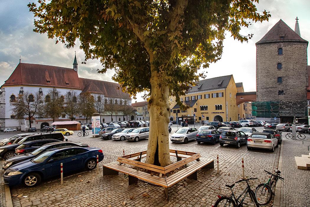 reise-zikaden.de, oberpfalz, regensburg, bayern, donau, alter kornmarkt, herzogspfalz, alte kapelle, roemerturm Historisch bedeutend ist der Alte Kornmarkt in der Altstadt von Regensburg.
