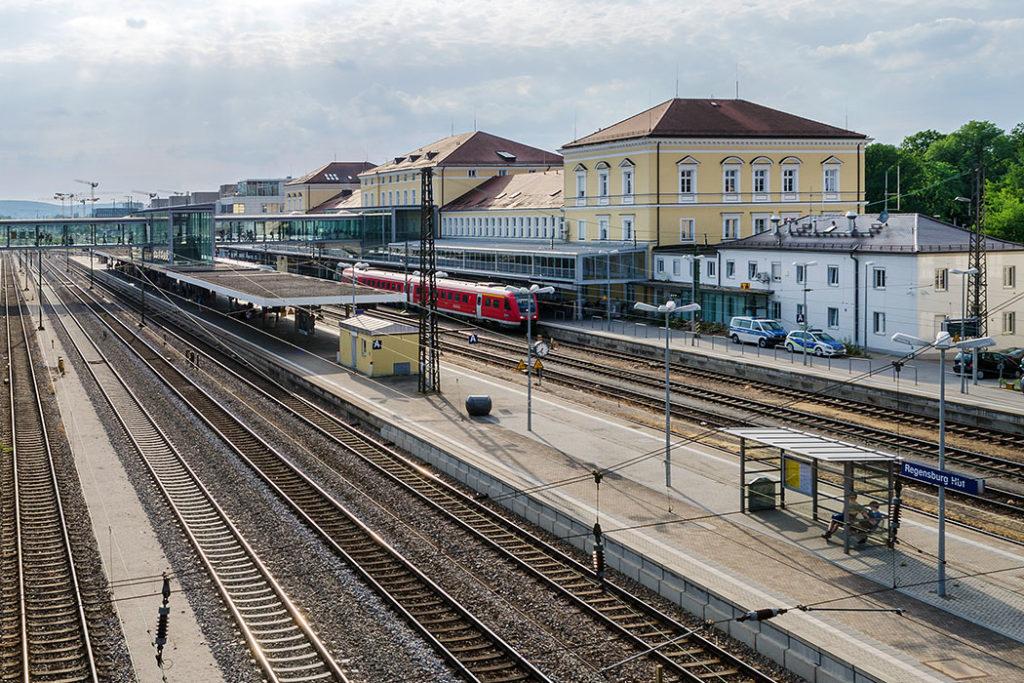 Regensburg,_Hauptbahnhof,_Steffen Schmitz_ol - Der Hauptbahnhof von Regensburg befindet sich am südlichen Rand der Altstadt, nahe von St. Emmeram. Dort treffen sich die Linien München - Hof, Nürnberg - Passau und Regensburg - Ulm.