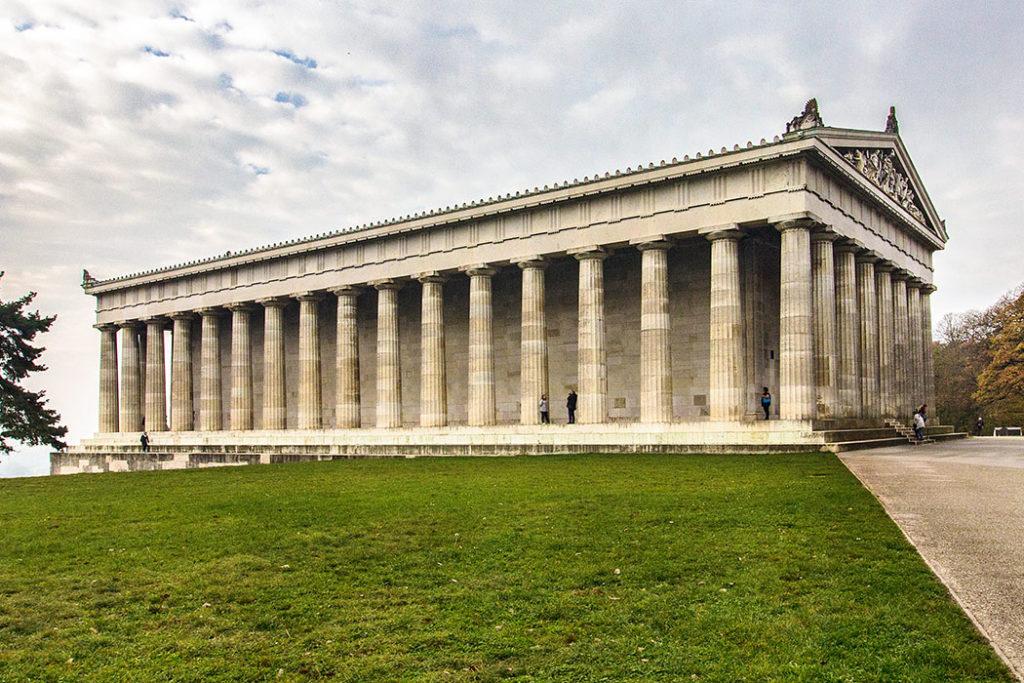 """reise-zikaden.de Entdeckungstouren in Regensburg - 25 historische Highlights König Ludwig I. ließ 1842 die Gedenkstätte """"Walhalla"""" bei Donaustauf errichten. Sein Architekt Leo von Klenze orientierte sich für den Marmortempel am Parthenon auf der Akropolis in Athen."""