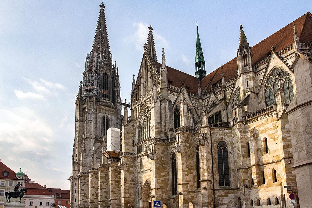 reise-zikaden.de, oberpfalz, regensburg, bayern, donau, dom st. peter, domplatz - Der Blick vom Domplatz in Regensburg auf den Dom St. Petrus, einer dreischiffigen gotischen Kathedrale mit drei Chören und Querhaus, ist im Abendlicht besonders stimmungsvoll.