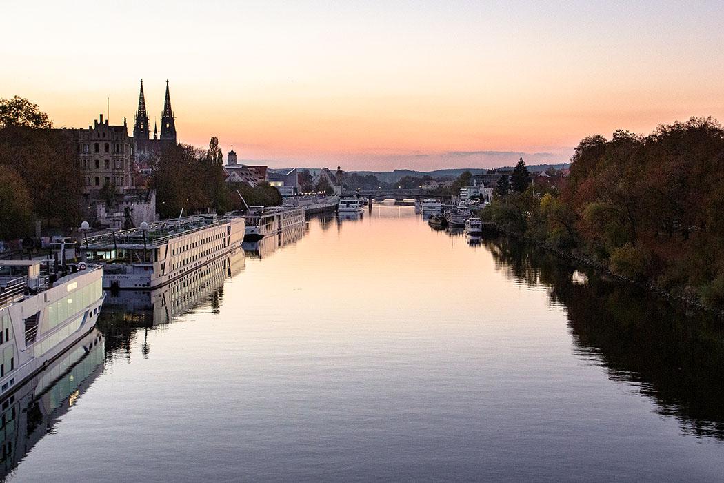 Entdeckungstouren in Regensburg - 25 historische Highlights - reise-zikaden.de, oberpfalz, regensburg, bayern, donau, donaulaende, hafen, nibelungenbruecke - Die Donaulände ist der älteste Hafenbereich in Regensburg. Spätestens seit römischer Zeit spielte die Donauschifffahrt eine tragende Rolle. Heute legen dort Ausflugs- und Kreuzfahrtschiffe an.