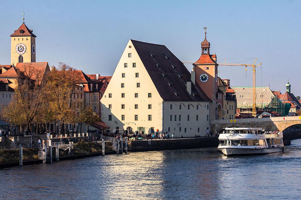 reise-zikaden.de, oberpfalz, regensburg, bayern, donau, steinerne bruecke, brueckturm, salzstadel - Der Salzstadel liegt an der Steinernen Brücke und wurde im Jahr 1620 fertiggestellt. Im Magazin Salz eingelagert und verkauf. Heute befindet sich dort Besucherzentrum Welterbe Regensburg.