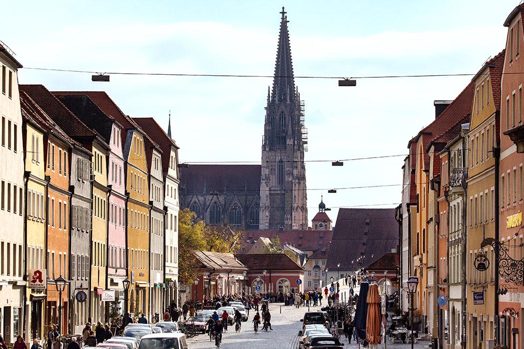 reise-zikaden.de, oberpfalz, regensburg, bayern, donau, steinerne bruecke, stadtamhof, brueckenbasar - Stadtamhof, im Norden von Regensburg, ist ein kleiner bunter Stadtteil der inzwischen zum Trendviertel avanciert ist. Hier haben sich schicke Bars, Speiselokale, Geschäfte und Kunsthandwerker etabliert.