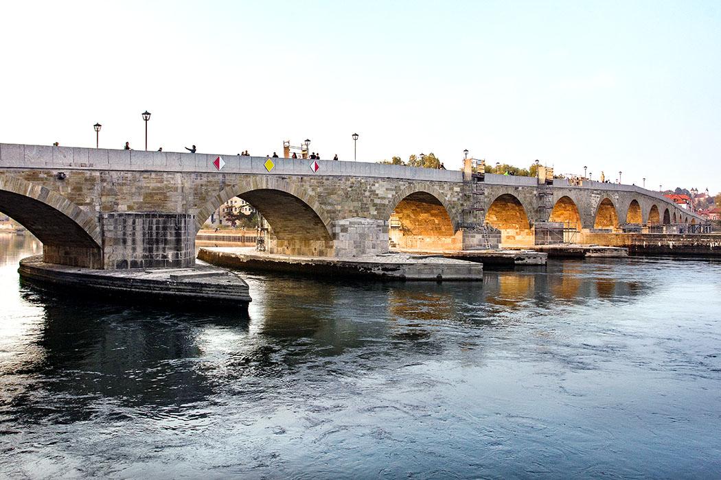 reise-zikaden.de, oberpfalz, regensburg, bayern, donau, steinerne bruecke - Die Steinerne Brücke wurde in nur elf Jahren erbaut von 1135 bis 1146. Sie ist das größte Bauwerk aus dem Mittelalter, das bis heute ununterbrochen in Funktion und Betrieb ist.