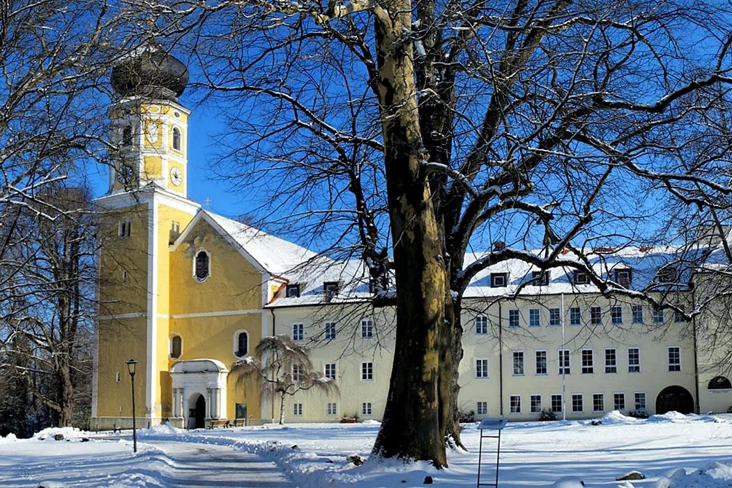 Bernried_Kloster_wiki_bbb - Das Kloster Bernried wurde im 12. Jhd. als Augustiner-Chorherrnstift gegründet und St. Martin geweiht. Südlich vom Kloster liegt der Bernrieder Park mit seinen in Bayern einmaligen Methusalem-Bäumen. Foto: Wikipedia, bbb