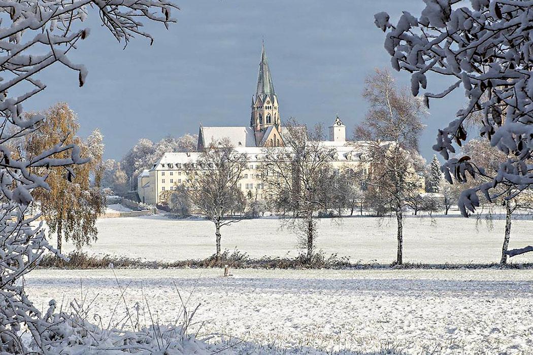 abtei st. ottilien foto erzabtei.de - Die Abtei St. Ottilien liegt in den Hügeln nördlich des Ammersees. Die Mönche bewirtschaften das Anwesen mit Acker- und Gartenbau und halten Rinder, Schweine und Hühner. Foto: erzabtei.de