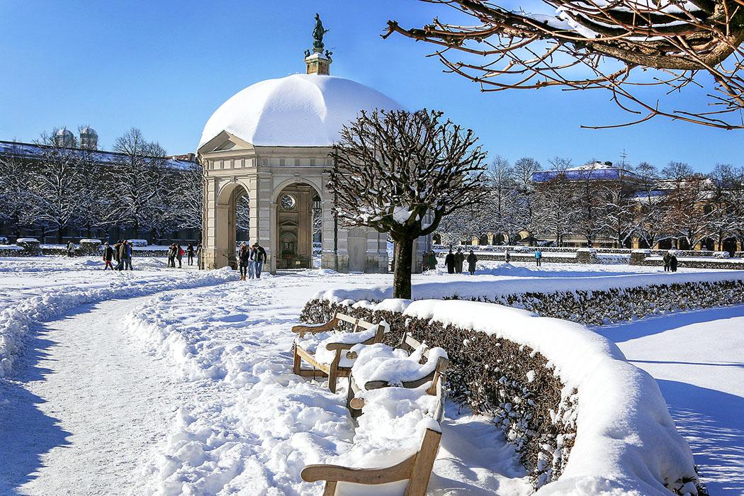 muenchen-hofgarten-winter-pixabay - Die Kreuz- und Diagonalwege im Münchner Hofgarten gehen vom zentralen Pavillon aus und unterstreichen die majestätische Wirkung des fürstlichen Renaissancegartens. Foto: pixabay