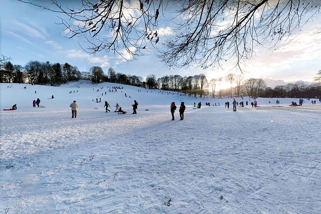 muenchen luitpoldpark winter - Der Hügel im Luitpoldpark in München-Schwabing macht alle Schlittenfahrer glücklich. Eine präparierte Snowtube-Piste bietet Fans der aufblasbaren Rutschreifen perfekte Abfahrten.