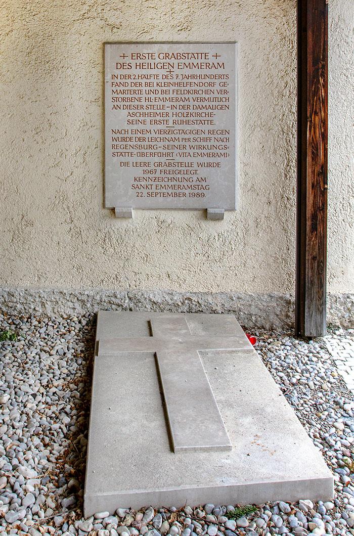 Ein leerer Grabschacht an der Pfarrkirche St. Peter und Paul in Aschheim stellt nachweislich die Erstgrablege von Bischof Emmeram von 652 dar.