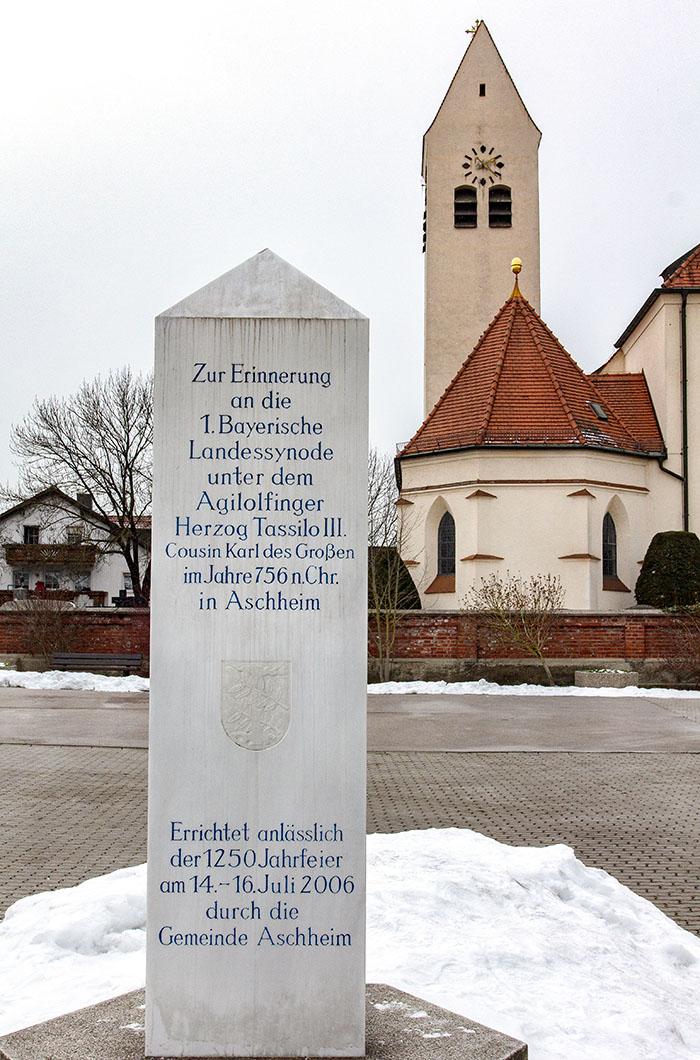 Vor der Pfarrkirche St. Peter und Paul in Aschheim erinnert eine Stele an die Synode von Aschheim im Jahr 756. Diese erste Kirchensynode im Stammesherzogtum Bayern fand unter dem Agilolfingerherzog Tassillo III. (um 741 – um 796) statt.