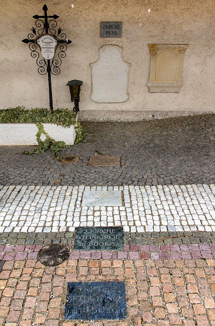Insgesamt standen in Aschheim sieben Kirchenbauten am Platz der heutigen Pfarrkirche St. Peter und Paul. Die älteste wurde um 600 erbaut und wird als die älteste dreischiffige Holzkirche nördlich der Alpen betrachtet.
