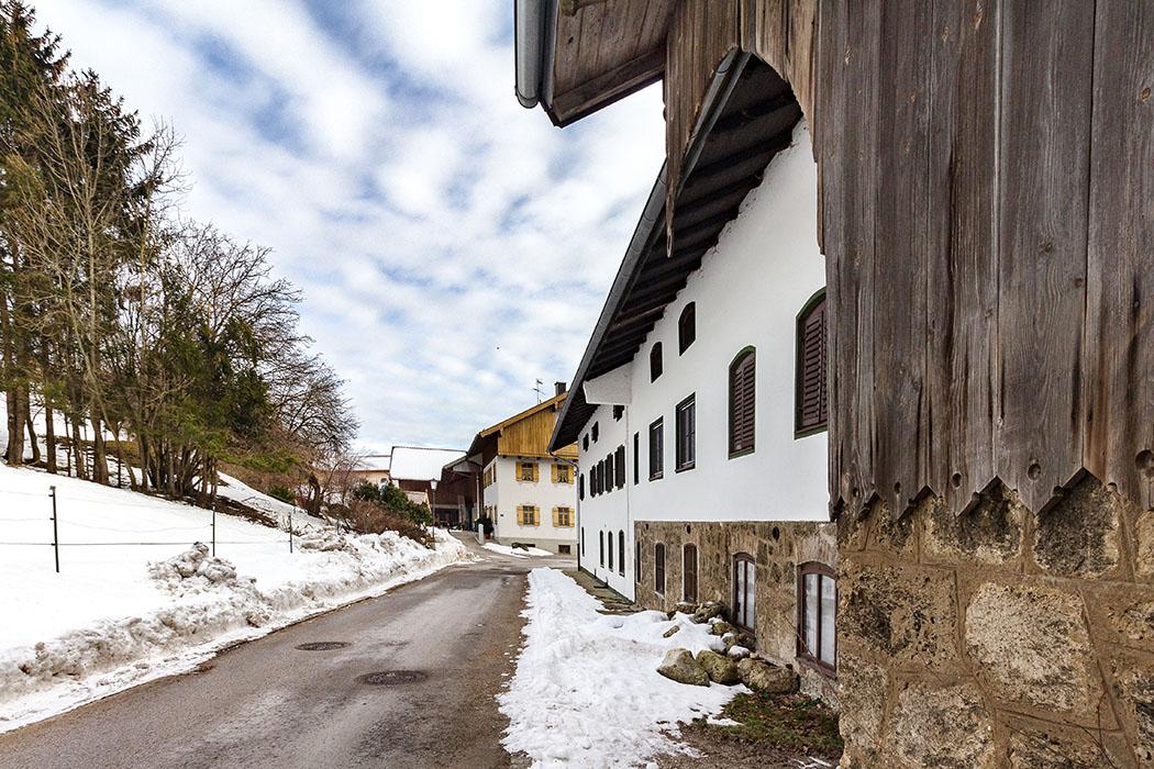 Hinter dem Anwesen Nr. 6. in Kleinhelfendorf, in dem das Gasthaus Oswald auf eine Einkehr wartet, führt der Weg zur Brunnenkapelle.