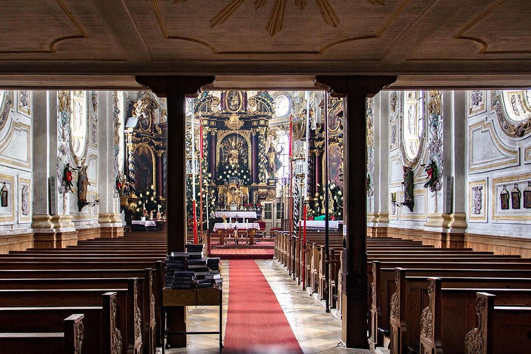 Die Innenausstattung der Pfarrkirche St. Emmeram in Kleinhelfendort mit drei Altären und bemaltem Stuckdekor stammen aus dem 17. und 18. Jhd.