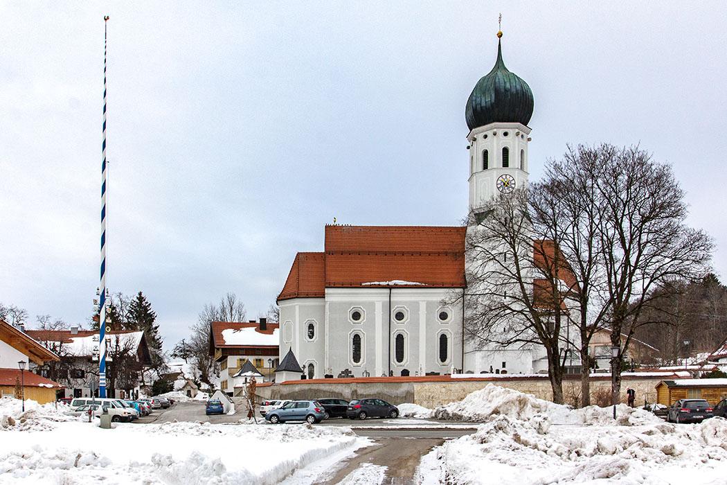 Die barocke Pfarrkirche St. Emmeram ist eine Saalkirche aus dem 15. und 17. Jhd. die auf romanischen Grundmauern steht. Der romanische Turm wurde mit Zwiebelhaube versehen.