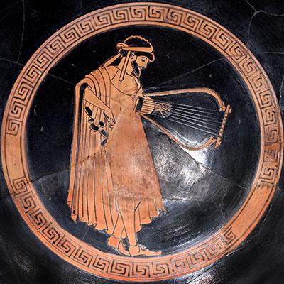 Lyre and plektron. Tondo of an Attic red-figure kylix- Ein Musiker spielt mit einem Plektron die Leier (Lyra, λύρα). Rotfigurig bemalter Tondo auf einer Kylix (Trinkbecher), dem Dokimasia-Maler zugeschrieben. Datierung: etwa 480 v. Chr. Heute im Metropolitan Museum of Art, New York. Foto: Wikipedia, Marie-Lan Nguyen