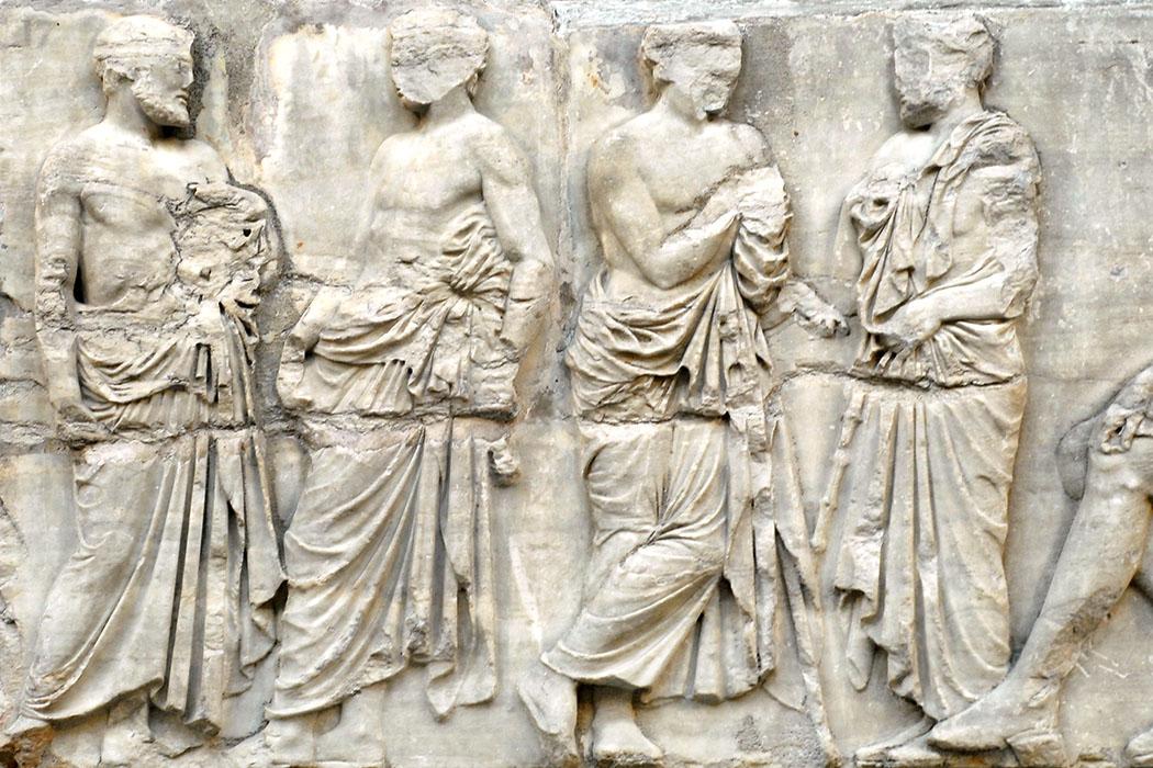 Parthenon_frieze_east_IV_fragment_b_02 Das Archonten-Fries vom Parthenon zeigt hohe attische Amtsträger bei der Diskussion. Der Block IV aus dem Ostfries des Parthenon entstand um 447–433 v. Chr. und befindet sich im Britith Museum, London. Foto: Wikipedia, Zweiflügler