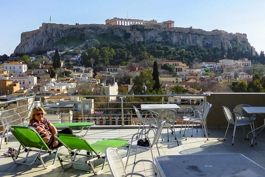 reise-zikaden.de - greece, athens, hotel plaka, akropolis, panorama, rooftop - Abendstimmung in Athen mit Blick auf die Akropolis. Von der Dachterrasse des Hotel Plaka (www.plakahotel.gr) sind links vom Erechtheion die Säulentrommeln von 478 v. Chr. erkennbar.
