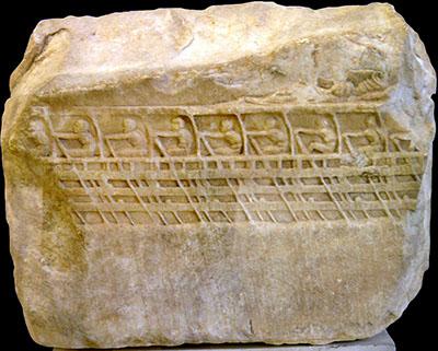 Lenormant Trireme Das Fragmentrelief einer attischen Triere datiert auf um 425 v. Chr. und wurde 1852 im Erechtheion auf der Akropolis entdeckt. Heute befindet sich die sog. Lenormant Trireme im Akropolismuseum, Athen. Foto: Wikipedia