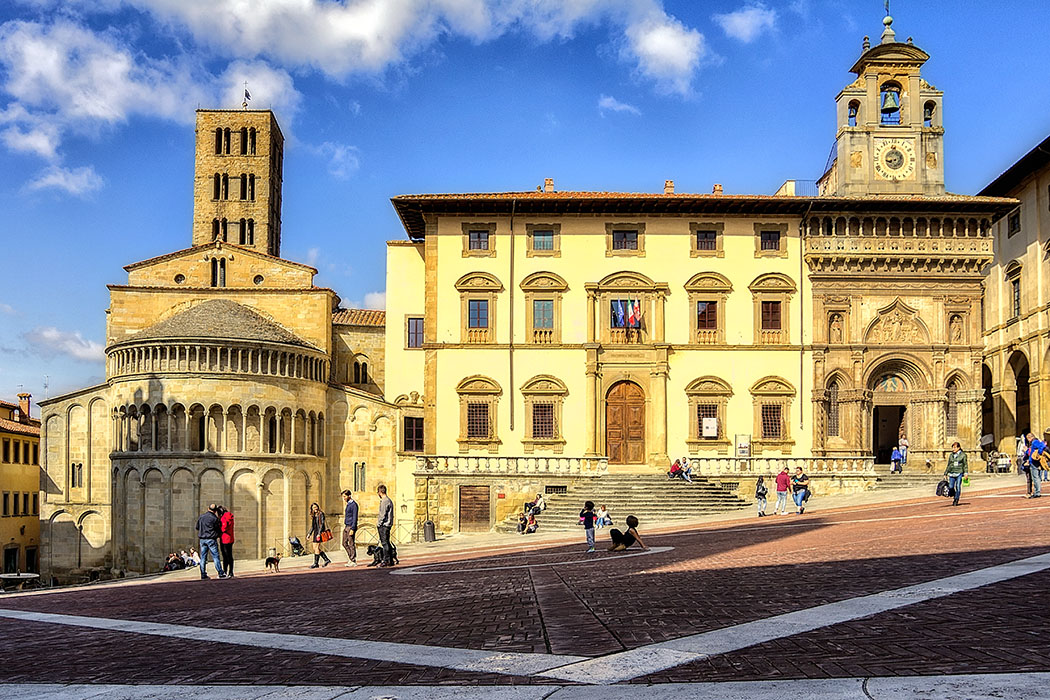 Arezzo - Piazza Grande_Enrico Pighetti Arezzo: Zentraler Platz der Altstadt ist die Piazza Grande mit der Kirche Santa Maria della Pieve (links) und dem Palazzo Fraternita de'Laici. Jedes erste Wochenende des Monats ist Antiquitätenmarkt. Foto: flickr, Enrico Pighetti