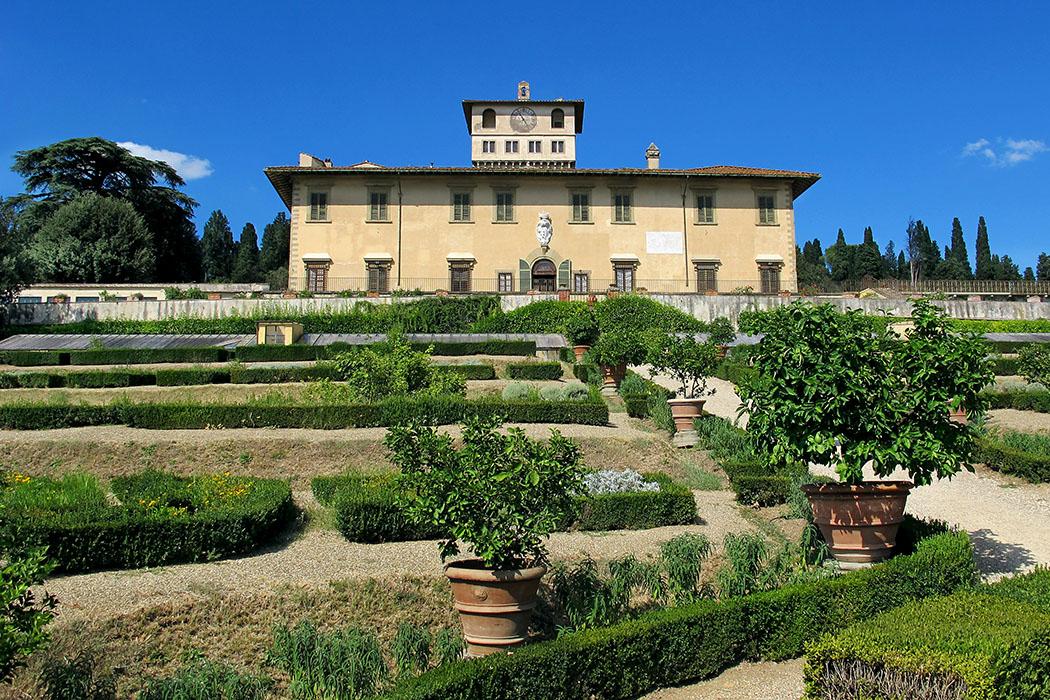 Firenze_Castello_Villa_la_petraia_Sailko Die Villa Medicea La Petraia ist die berühmteste Medici-Villa bei Florenz. Ursprünglich ein Kastell aus dem 14. Jhd., blieb der mächtige Turm erhalten und wurde als Belvedere umgestaltet. Foto: Wikipedia, Sailko