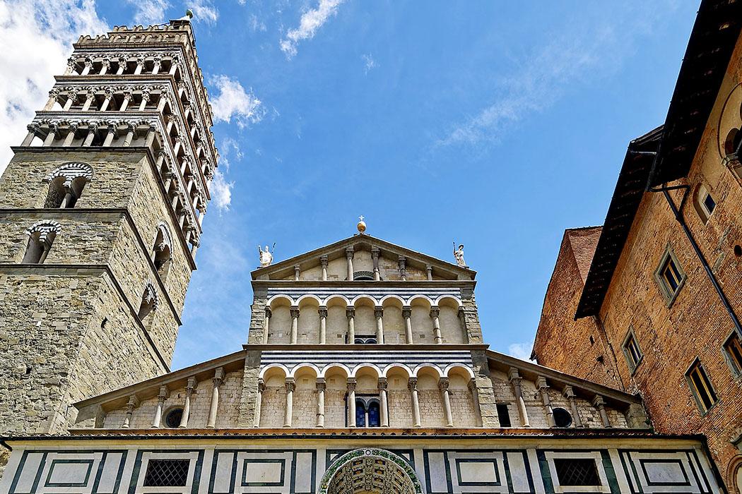 Pistoia_san zeno_toskana Der Dom San Zeno an der Piazza del Duomo ist das Wahrzeichen von Pistoia. Im oberen Teil der Fassade wurden die Zwerchgalerien am Mittelschiff durch eine Rahmung von den Loggien der Seitenschiffe betrennt.
