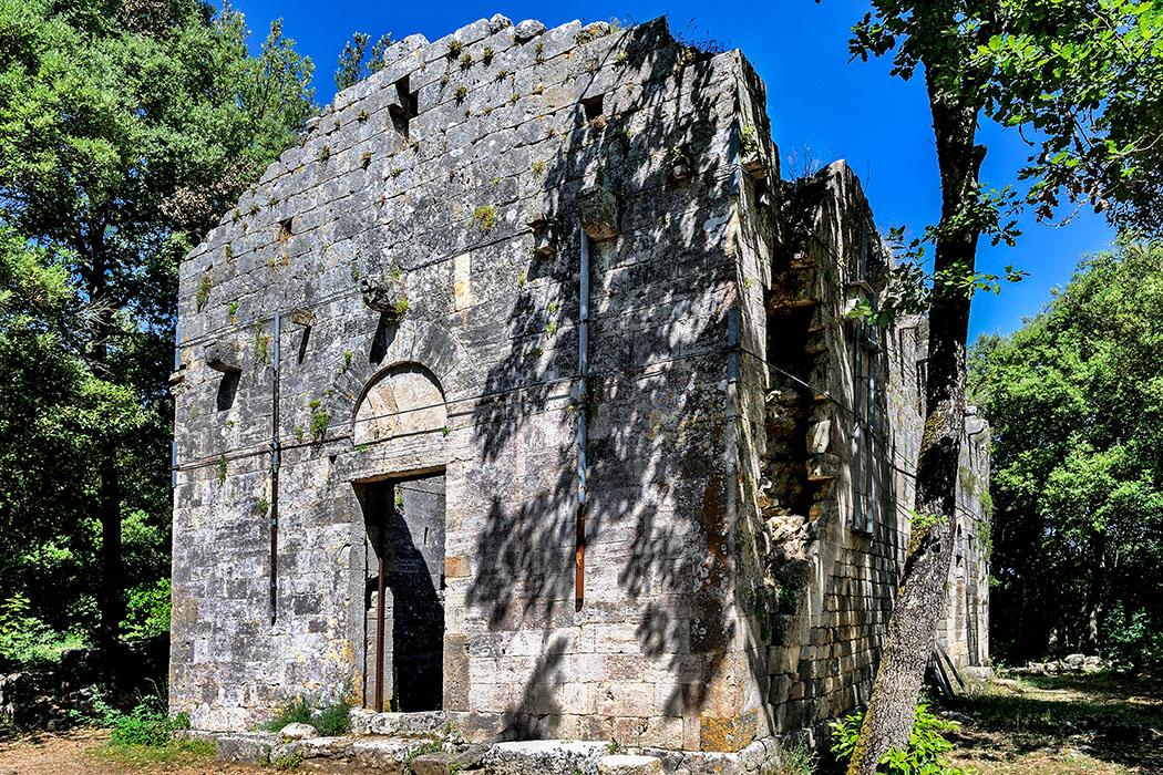 San_frediano_castelvecchio_Castelvecchio: Die ältesten Nachweise für die Kirche Santi Frediano e Giovanni stammen aus der Mitte des 12. Jhds. Sie ist das einzige Gebäude im Ruinendorf, dessen Mauern noch erhalten sind. Foto: Wikipedia, Vignaccia76