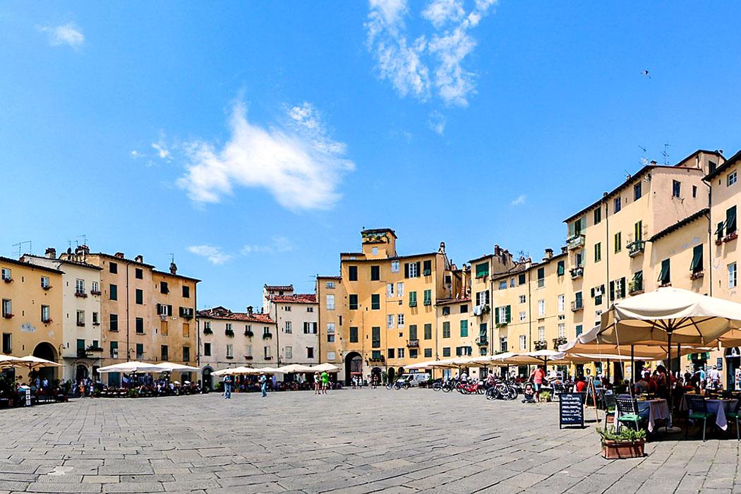 Toskana_Lucca_Piazza dell'Anfiteatro_ol - Lucca, Piazza dell'Anfiteatro: Die ovale Form eines römischen Amphitheater hat sich hier über die Jahrtausende erhalten. Auch die Zugänge für die Zuschauer wurden an den Hauptachsen beibehalten.