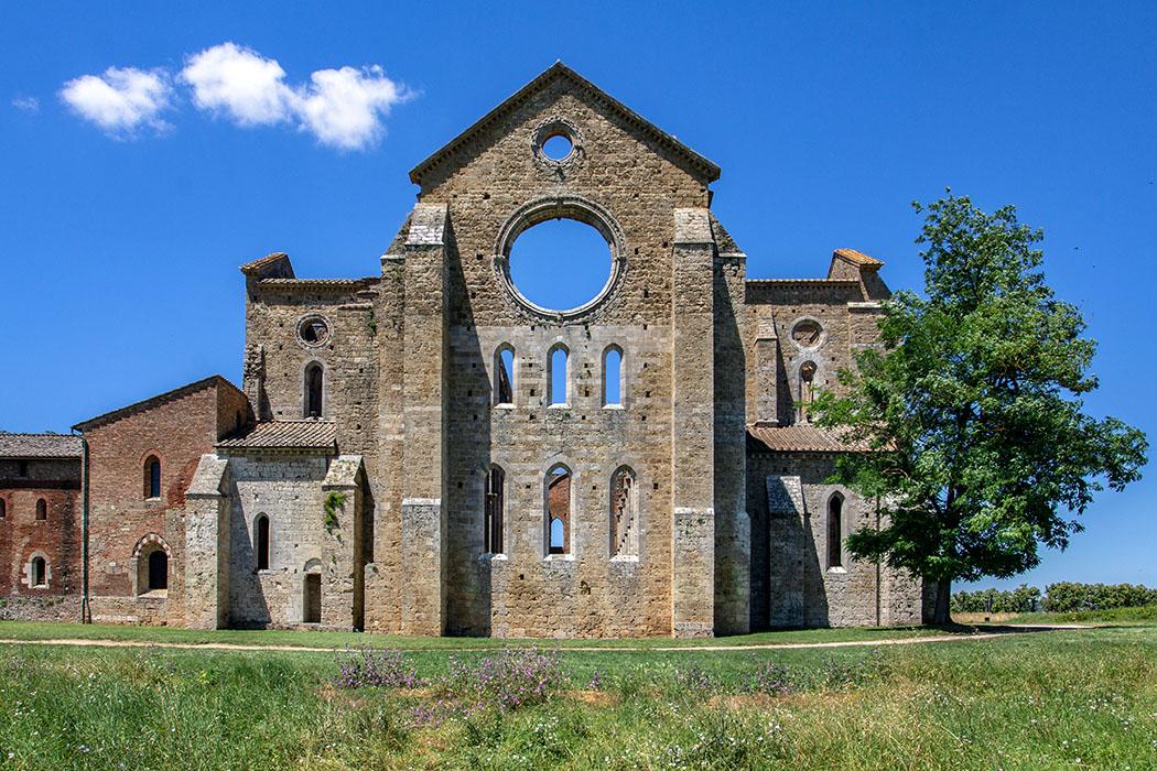 reise-zikaden.de, italy, tuscany, chiusdino, san galgano In der Abtei San Galgano bei Chiusdino befindet eine der ältesten gotischen Kirchen Italiens. Ende des 18. Jhds. stürzte das Dach ein und so steht sie heute verträumt auf einer grünen Wiese.