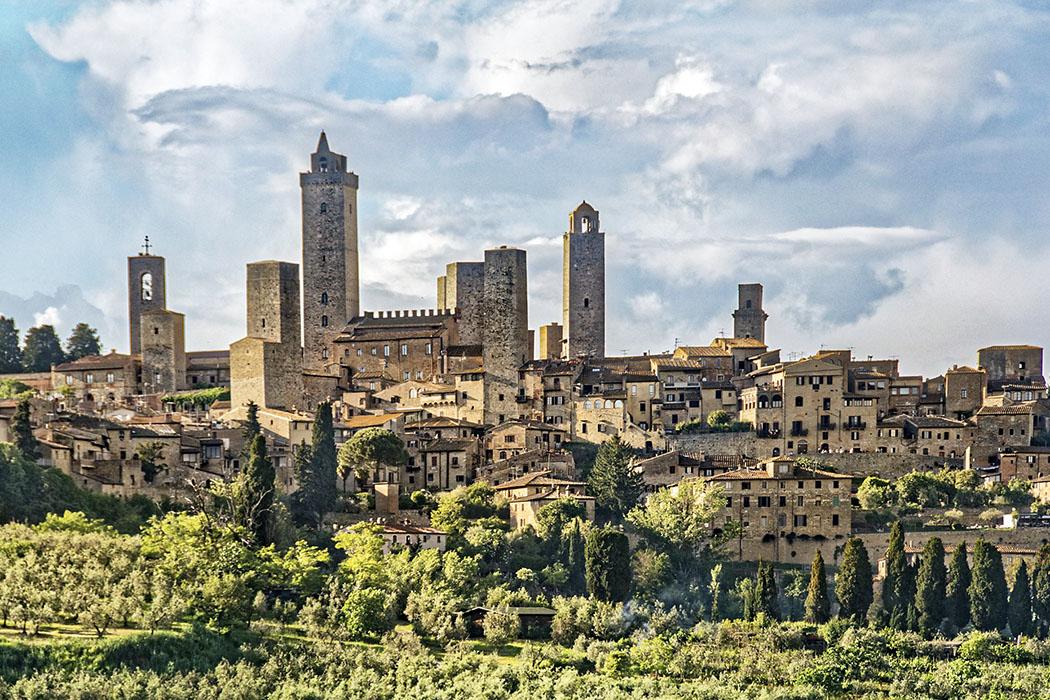 san gimignano San Gimignano ist durch seine vielen mittelalterliches Stadtbild und die vielen Wohntürme weltberühmt. Damals waren die Türme Symbole von Geld und Macht. Je höher der Turm, desto höher das Ansehen seiner Besitzer.