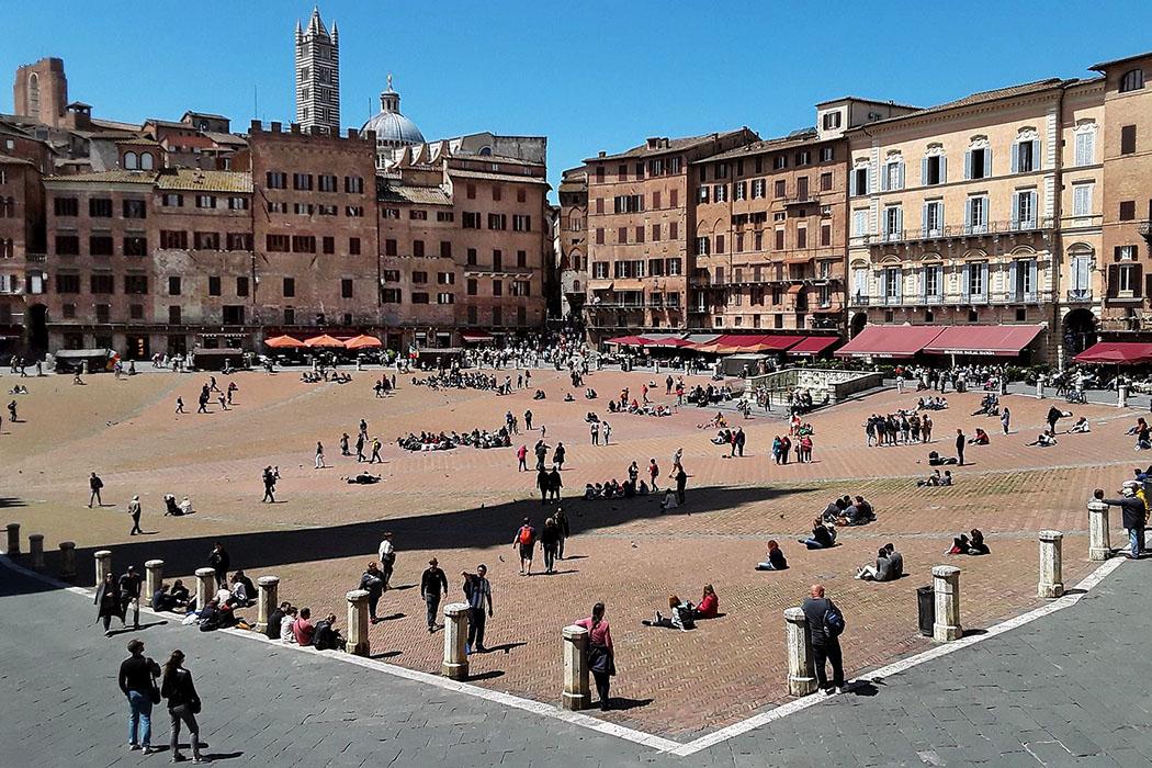 siena-piazza_del_campo_duomo Siena: Einer der eindrucksvollsten Plätze des italienischen Mittelalters ist die Piazza del Campo. In dieser spektakulären Kulisse findet zweimal jährlich der weltberühmte Palio statt.
