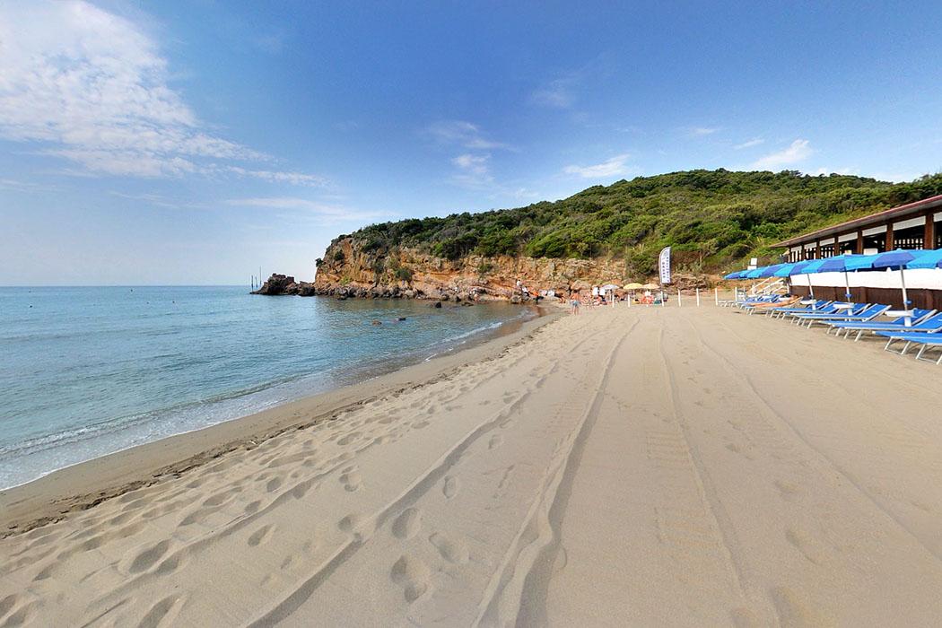 Castiglione della Pescaia, Bagno Rocchette, toscana, italia-ol Der beliebteste und schönste Strand von Castiglione della Pescaia ist La Rocchette bei einer Feriensiedlung mit Restaurants, Strandbädern und Campingplätzen im Norden der Küstenstadt.